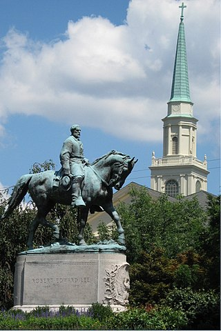 Statue of Robert Edward Lee on horse in Lee Park, Charlottesville, Virginia. First United Methodist Church steeple in the background. By Bill McChesney - https://www.flickr.com/photos/bsabarnowl/2744254199, CC BY 2.0, https://commons.wikimedia.org/w/index.php?curid=61695626