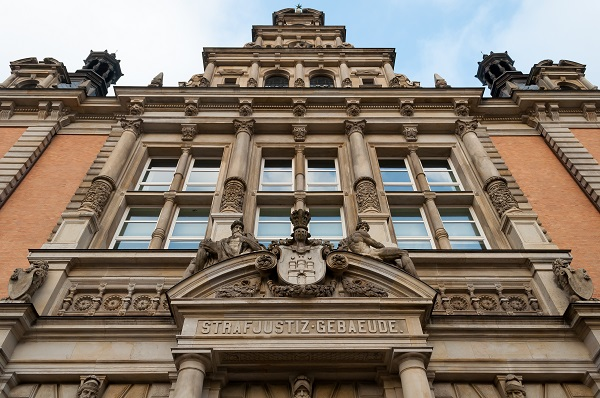Façade of regional court in Hamburg that issued a preliminary freeze injunction prohibiting a half-sentence from appearing in Flachowsky's review. Ajepbah/Wikimedia Commons/CC-BY-SA 3.0 DE