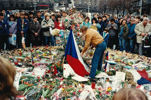 Václav Havel honors those who perished in Czechoslovakia's Velvet Revolution, 1989. MD/Wikimedia Commons/CC BY-SA 3.0