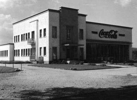 Coca-Cola bottling plant in Bonn, Germany (1953). Wikimedia Commons.