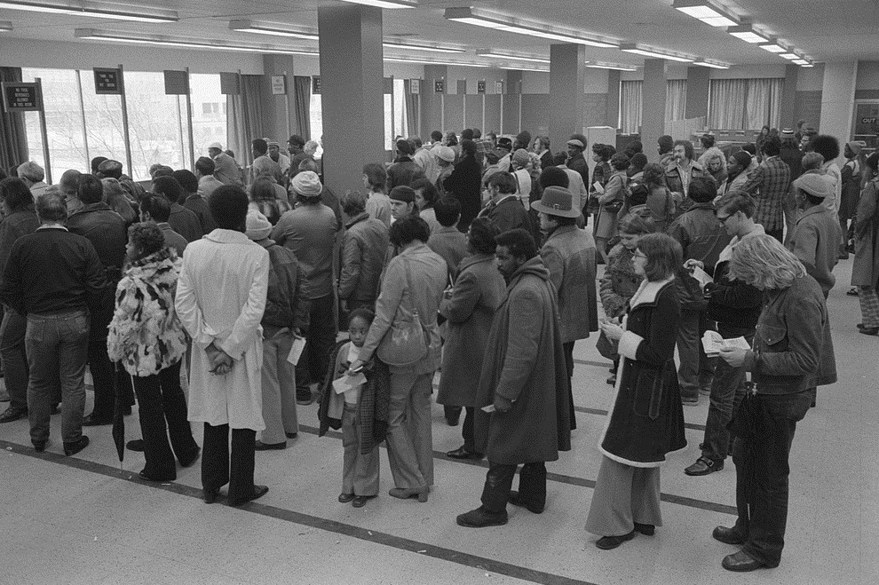 Lines of people at the Baltimore City Welfare Office, Maryland (1975), Library of Congress.